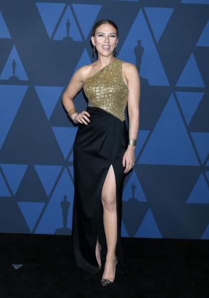 Scarlett Johansson divine dans une robe asymétrique et fendue signée Celine
