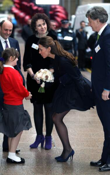 Kate Middleton lors d'une visite des bureaux de Clifford Chance pour participer à un forum à Londres, le 20 novembre 2013