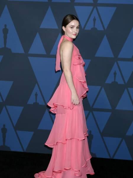 """Kaitlyn Dever, la jeune révélation de la série """"Unbelievable"""", en robe longue à frou frou rose"""