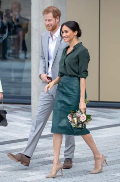 Meghan Markle, fidèle à la marque Hugo Boss, portée ici en version vert émeraude, lors d'une visite avec le Prince Harry à l'université de Chichester, le 3 octobre 2018