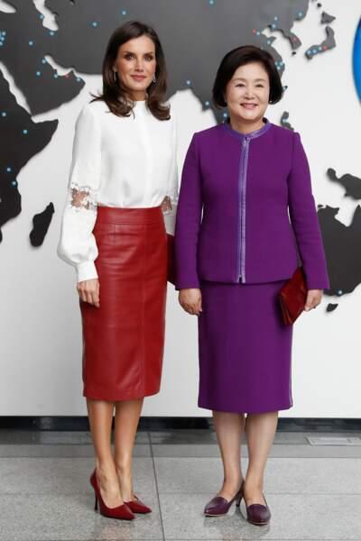Letizia d'Espagne canon avec sa jupe en cuir Hugo Boss lors de son voyage au Japon