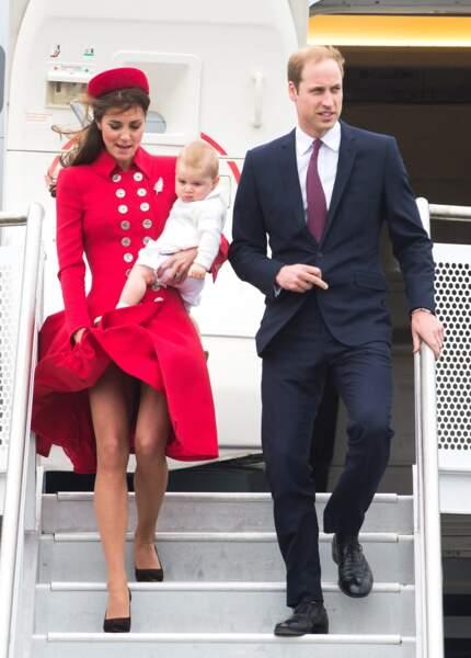 Kate Middleton, le prince William et leurs fils George arrivent à l'aéroport de Wellington, le 6 avril 2014