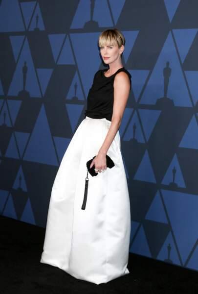 Charlize Theron porte un look assez sage et graphique signé Tom Ford