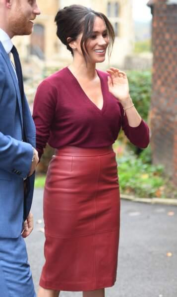 Un an après une jupe en cuir verte, Meghan Markle canon avec une jupe en cuir rougeHugo Boss le 25 octobre 2019