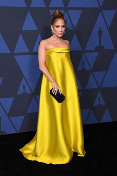 Jennifer Lopez que l'on connaît en tenue plus moulante, a opté pour une robe longue bustier qui dissimule son corps d'athlète