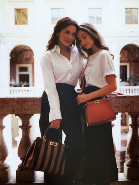 Catherine Zeta-Jones et sa fille Carys Douglas craquent pour le sac de la saison signé Fendi.