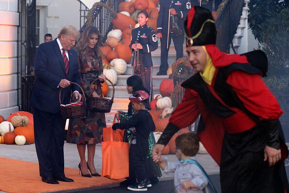 Donald et Melania Trump distribuent des bonbons aux enfants pour Halloween, lundi 28 octobre 2019.