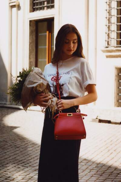 La sublime Carys Zeta Douglas âgée de 16 ans incarne une nouvelle vision de l'iconique sac Peekaboo de Fendi.