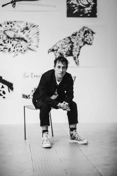 """Le réalisateur Bertrand Bonello au vernissage de l'exposition """"Frenchette"""" de Raymond Pettibon."""