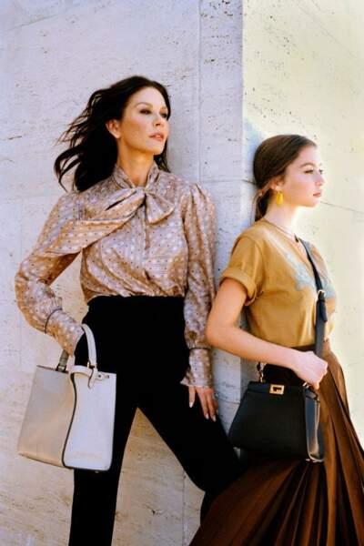 Mère et fille posent à Rome avec les différentes versions du sac Peekaboo, une transmission de style fièrement représentée par Catherine Zeta-Jones et sa fille Carys Douglas.