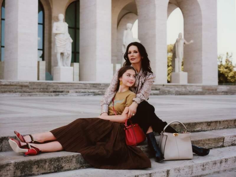 Les colonnades du Palazzo Altemps à Rome accueillent Catherine Zeta-Jones et sa fille Carys Douglas. Ode à la beauté de l'Italie et de l'histoire romaine de Fendi.