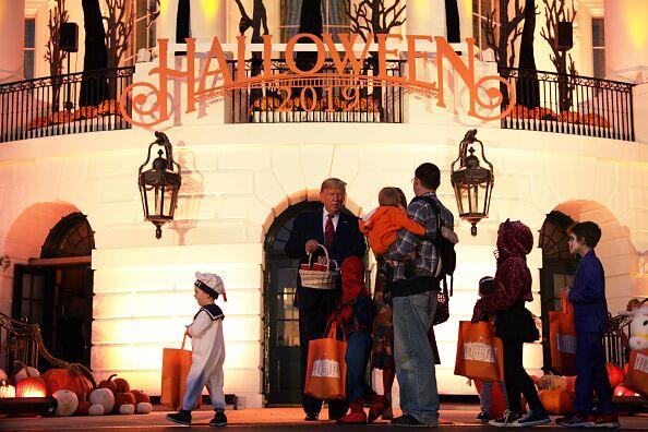 Donald et Mélania Trump fêtent Halloween devant la Maison Blanche, lundi 28 octobre 2019.