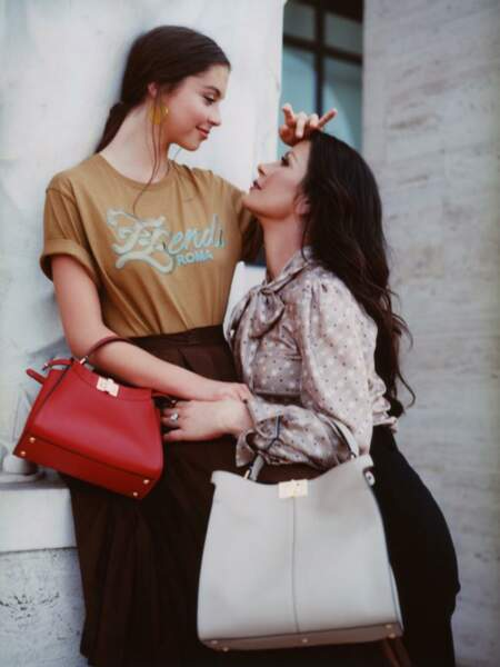 """Pour cette campagne italienne #MeAndMyPeekaboo par Fendi, c'est le titre """"Family Affair"""" par Mery J. Blige qui a été choisi. Une vidéo pleine de tendresse, mettant en scène Catherine Zeta-Jones et sa fille Carys Douglas à Rome."""