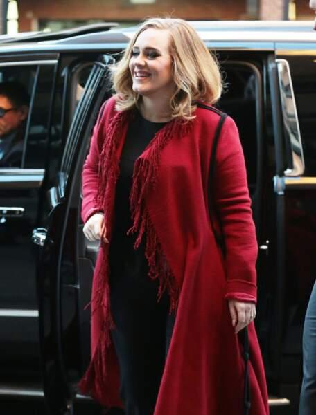 Adele en novembre 2015 dans un long gilet rouge à frange