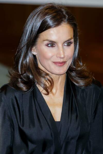 Fidèle à ses classiques, Letizia d'Espagne a opté pour un liner violet et une blouse noire très élégante signée Sandro