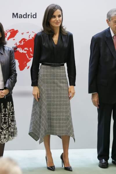 Un look graphique pour Letizia d'Espagne avec une blouse noire Sandro portée avec une jupe longue à carreaux Massimo Dutti