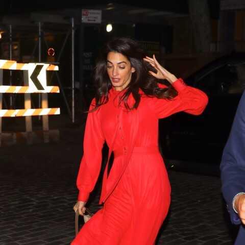 PHOTOS – Amal Clooney manque de chuter dans les rues de New York!