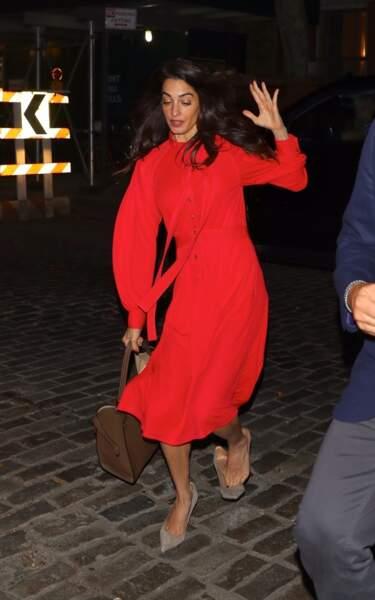 Ce jour-là, Amal Clooney portait une longue robe rouge...