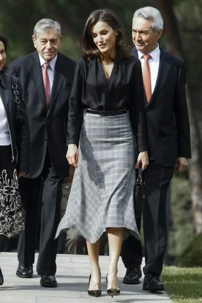 Le 30 octobre 2019, Letizia d'Espagne a adopté un look très working girl et graphique