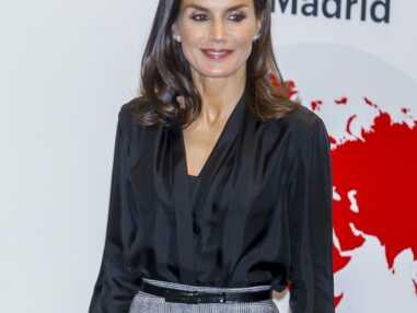 PHOTOS - Letizia d'Espagne élégante avec une chemise en soie décolletée Sandro et et une jupe longue