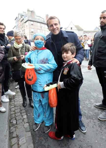 Deux garçonnets déguisés prennent la pose avec Emmanuel Macron