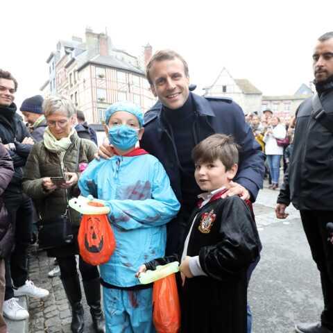 PHOTOS – Emmanuel et Brigitte Macron à Honfleur: ils posent avec des enfants pour Halloween!