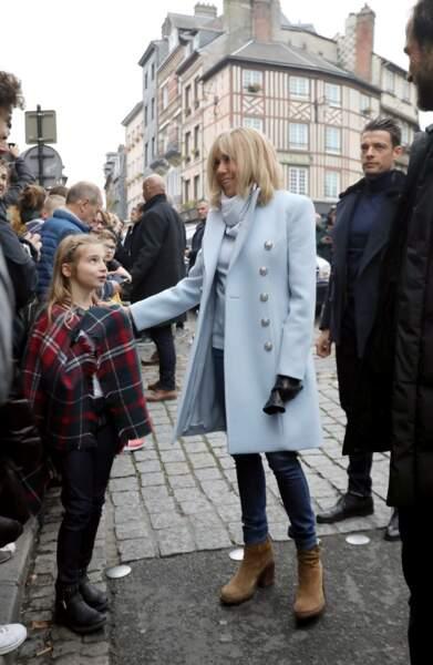 Brigitte Macron, en manteau bleu pour Halloween