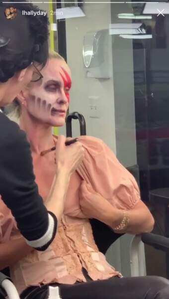 Laeticia Hallyday aidée pour se préparer pour Halloween