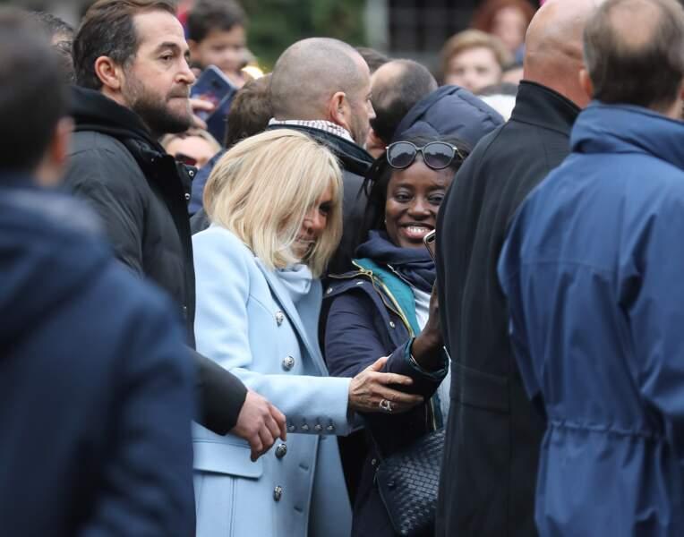 A Honfleur, Brigitte Macron se plie au jeu des selfies