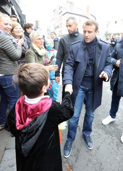 Emmanuel Macron salue des enfants le 31 octobre à Honfleur