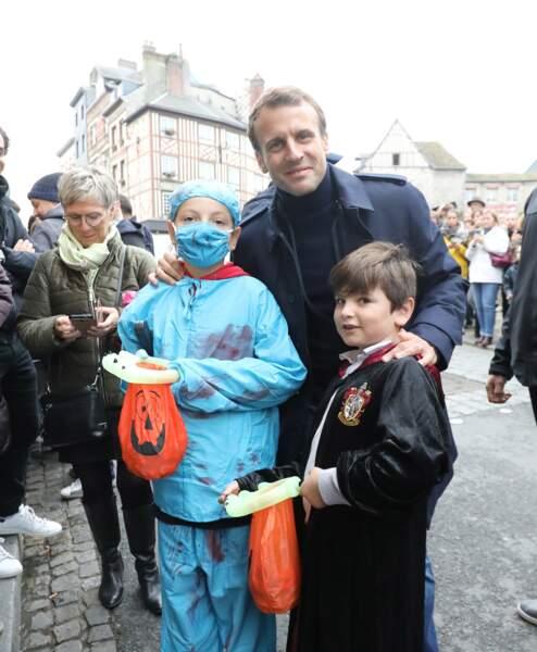 Pour Halloween, Emmanuel Macron pose tout sourire