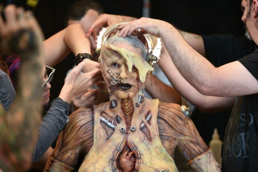 La préparation du costume a nécessité l'aide de plusieurs maquilleurs.