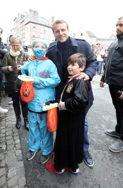Emmanuel Macron pose avec deux enfants déguisés