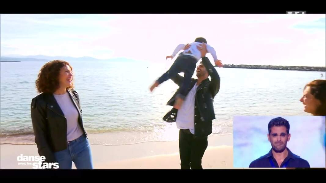 Livio voltige dans les bras de son papa
