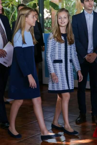 Leonor, la future reine et sa sœur cadette Sofia d'Espagne sont souvent habillées dans les mêmes tonalités de vêtement comme le 4 novembre 2019, toute en bleue