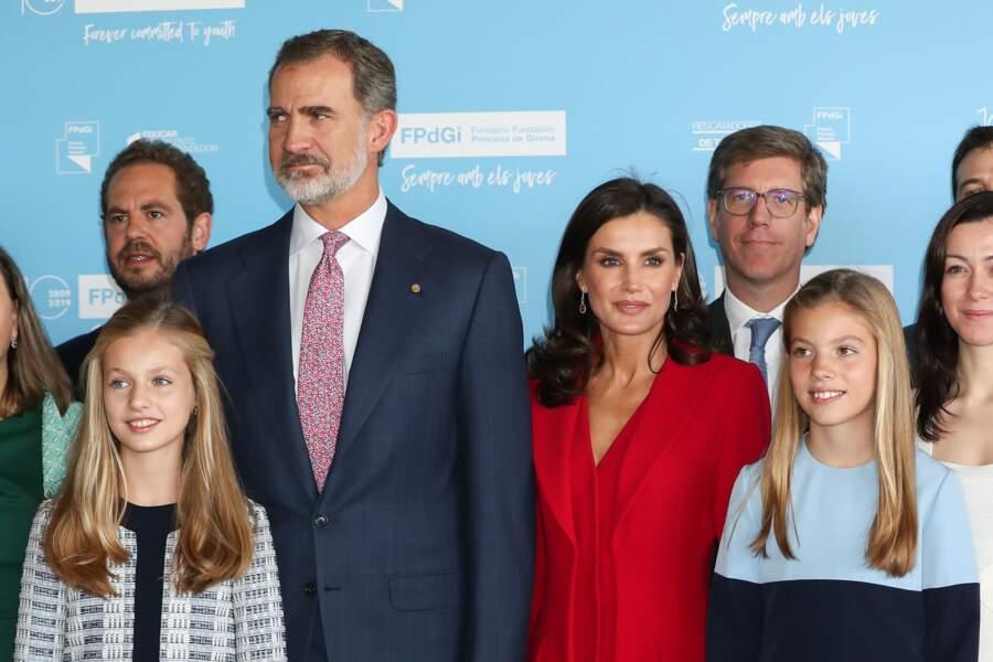 Letizia d'Espagne magnifique en rouge avec ses filles en bleue. Le roi felipe est assorti à la fois à ses filles et sa femme.