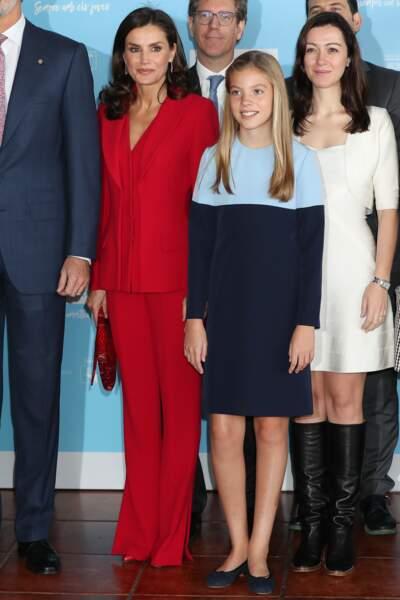 Letizia d'Espagne ravissante en rouge au côté de sa fille cadette Sofia en dégradé de bleu