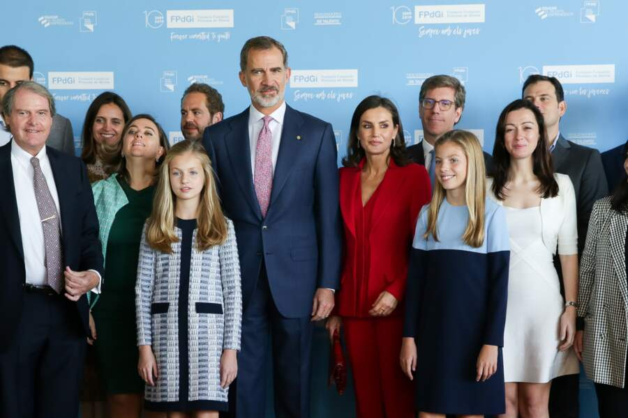 Jolie photo de famille pour Letizia d'Espagne, le roi Felipe et leurs deux filles Leonor et Sofia, toutes les deux en bleue