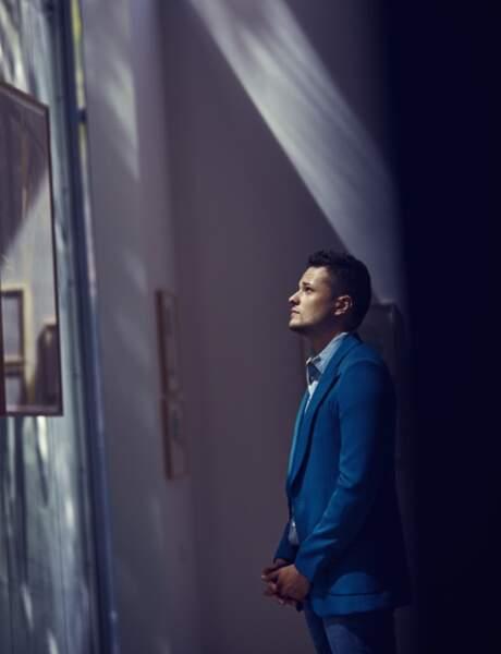 Jules Benchetrit porte un Blazer Givenchy, une Chemise Hermès, un pantalon Chevignon.