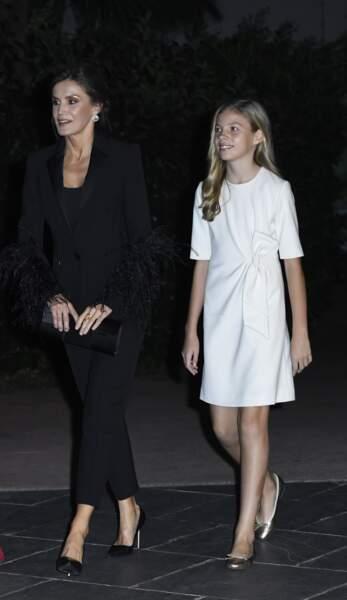 Sofia d'Espagne s'est distinguée de sa sœur avec une robe blanche assortie d'un nœud sur le côté