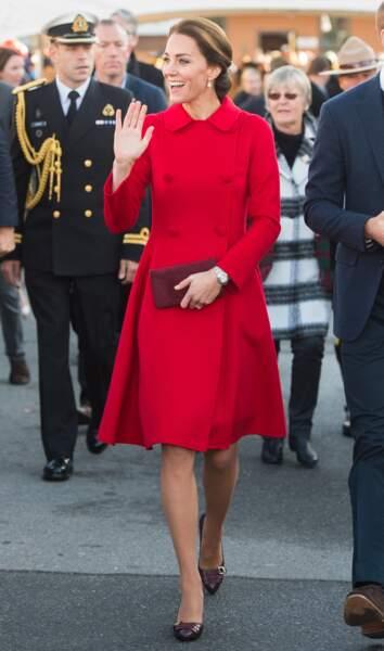 Kate Middleton portait exactement le même manteau signé Carolina Herrera, mais c'était il y a un mois.