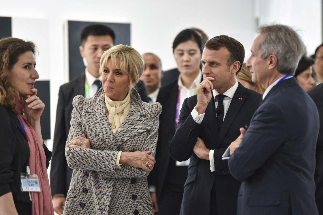 Brigitte Macron avec une blouse col lavallière et un manteau très épaulé à Shangaï