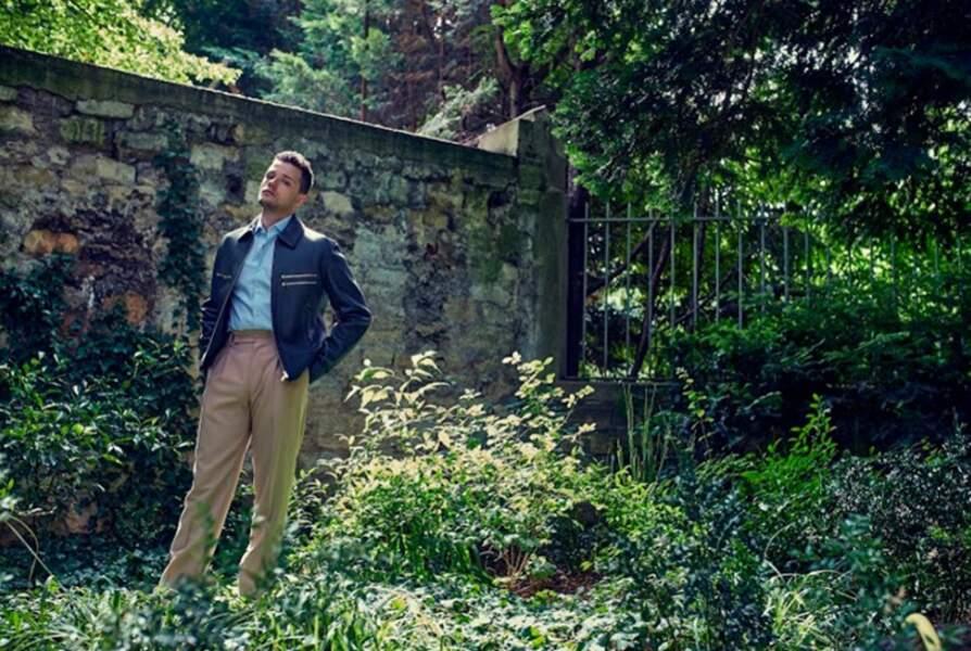Jules Benchetrit porte une Veste en cuir Hermès, une Chemise Figaret et un pantalon Fendi