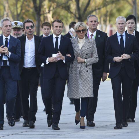 PHOTOS – Brigitte Macron fait sensation avec un manteau long et très graphique à Shanghaï