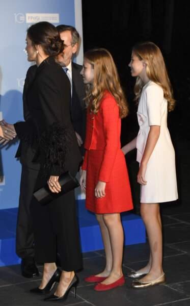 Letizia d'Espagne a contrasté avec les robes de ses deux filles
