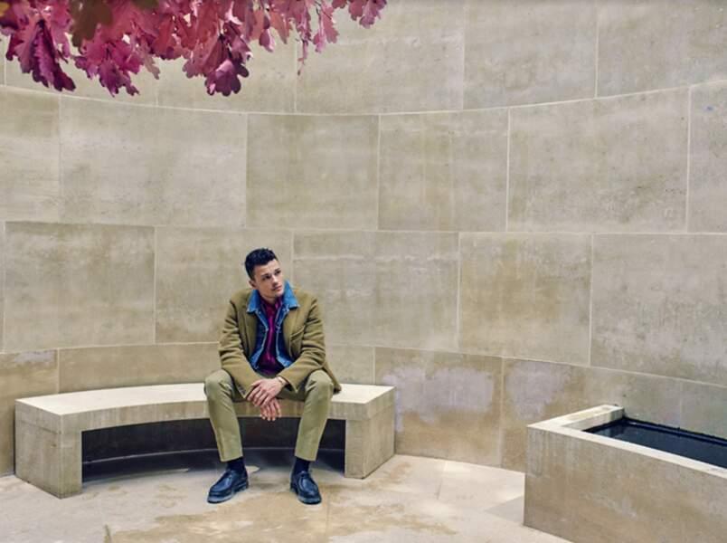 Jules Benchetrit porte un Manteau Rochas, veste en jean Levi's, une Chemise Berluti, un pantalon De Fursac, des chaussures Paraboot, un bracelet Tiffany & Co. Paradis (détail), oeuvre de Fabrice Hyber, 2013 (en haut à g.)