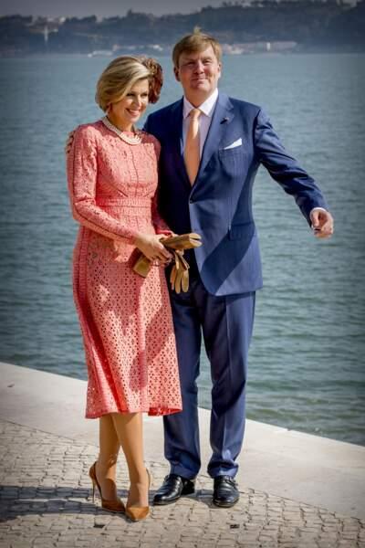 Agrémentée d'un collier de perle et d'escarpins en velours, la Reine Maxima porte elle aussi cette robe signée Elie Saab en 2017.