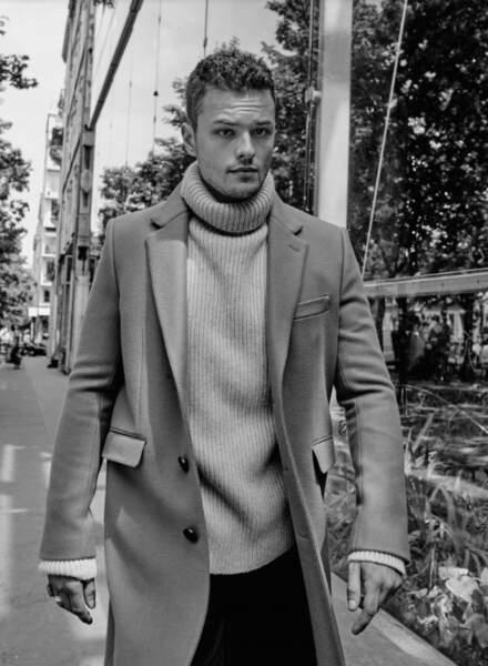 Jules Benchetrit porte un Manteau et pantalon Céline, un Pull Eric Bompard. Bagues personnelles.