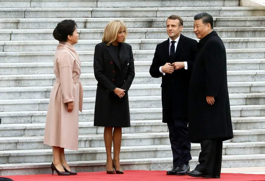 Changement de look pour Brigitte Macron avec une tenue très sobre pour son arrivée au Grand Palais du peuple à Pékin le 6 novembre 2019