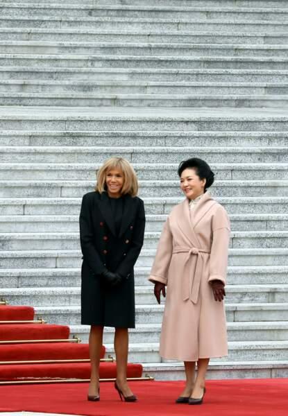 Brigitte Macron a opté pour une coiffure simple avec son traditionnel carré blond et sa frange